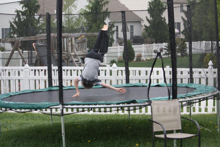 dítě na trampolíně