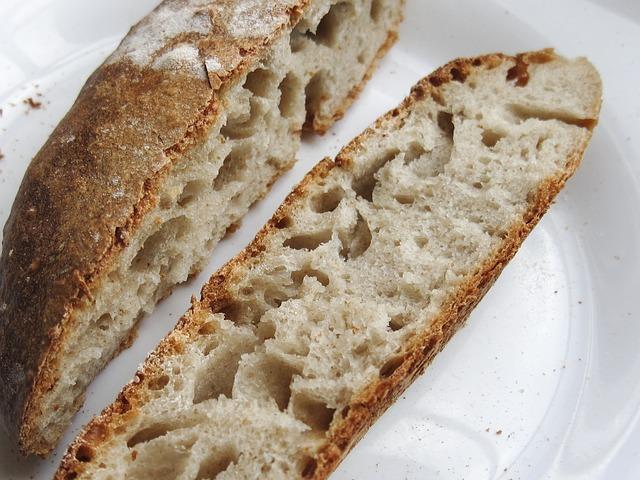 chléb na talíři