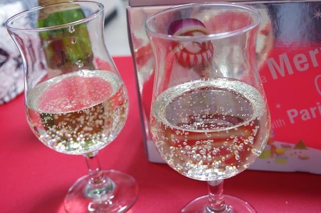 dvě sklenice se šampaňským