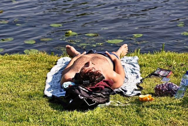 opalování, muž u rybníka