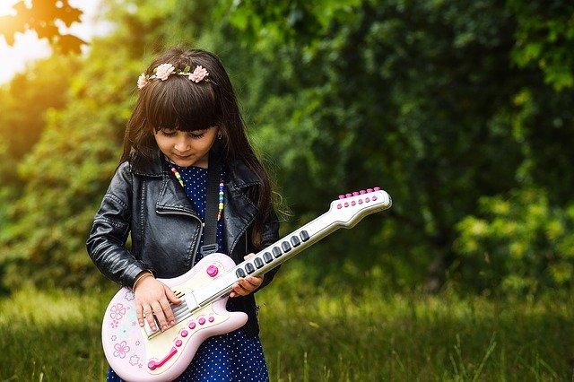 holčička s dětskou kytarou