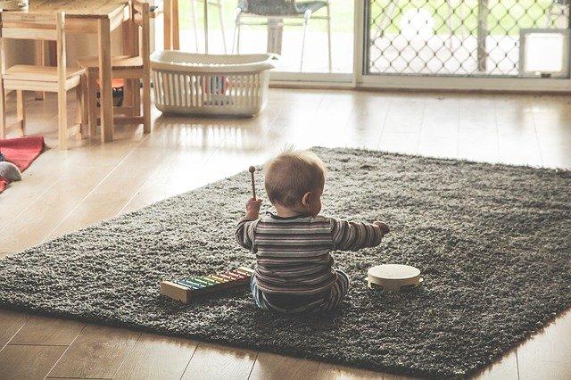 malé dítě hraje na xylofon